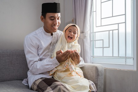 Photo pour muslim father and kid praying together - image libre de droit