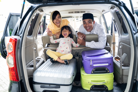 Photo pour muslim family with suitcase traveling - image libre de droit