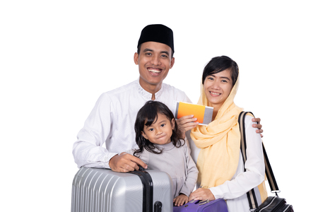 Photo pour muslim family with suitcase isolated over white background - image libre de droit
