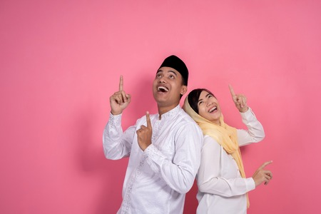Foto de muslim couple looking up copyspace - Imagen libre de derechos