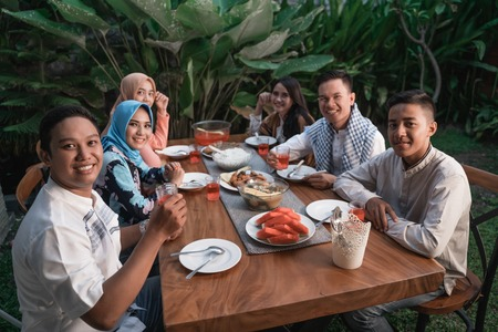 Photo pour Happiness of frienship when enjoy eating iftar together - image libre de droit