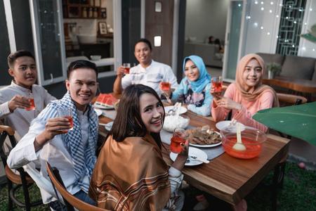 Photo pour friends gathering enjoy the iftar meal - image libre de droit
