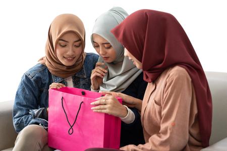 Photo pour muslim woman with shopping bag isolated - image libre de droit