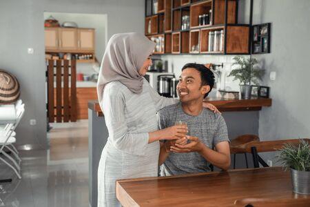 Foto de muslim woman served her husband with fruit juice - Imagen libre de derechos