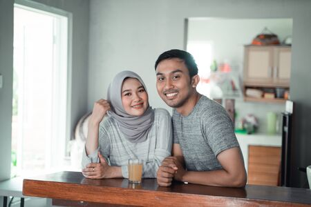Photo pour moslem couple relax sitting in the kitchen - image libre de droit