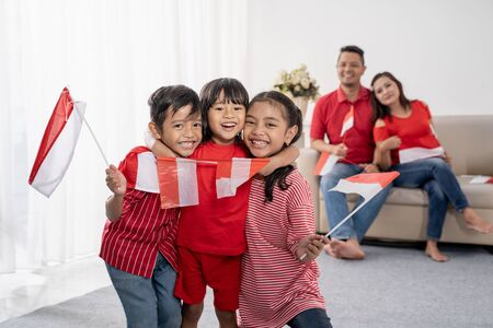 Photo pour family indonesia celebrating independence day - image libre de droit