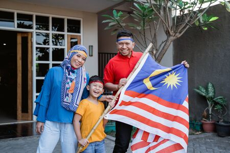 Photo pour Malaysian family celebrating malaysia independence day - image libre de droit