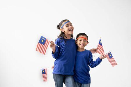 Photo pour Cute kids holding malaysian flag over white - image libre de droit