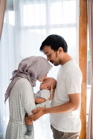 Photo pour muslim parent with their newborn baby enjoy time together - image libre de droit