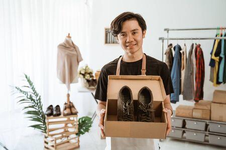 Photo pour businessman working at online business store. small ecommerce - image libre de droit