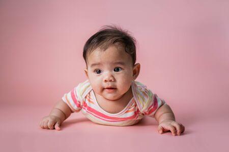 Photo pour baby is on his stomach development - image libre de droit