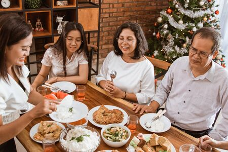 Photo pour asian family tradition having lunch together on christmas day - image libre de droit