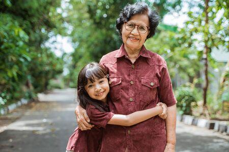Photo pour Asian grandmother with grandchildren walking together - image libre de droit