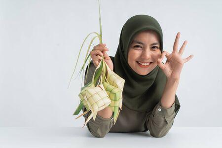 Photo pour muslim woman showing ketupat - image libre de droit