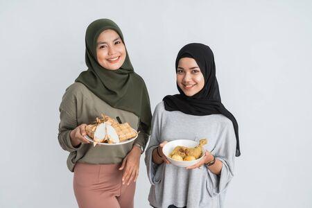 Photo pour muslim woman with traditional dish for eid mubarak - image libre de droit