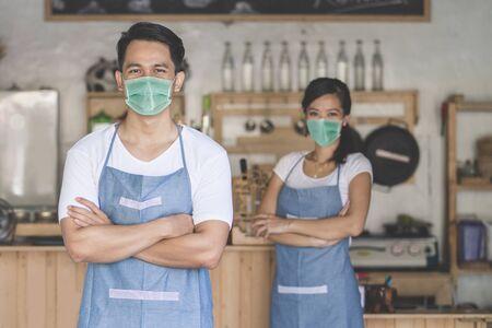 Foto de waitress at the shop wear face masks - Imagen libre de derechos