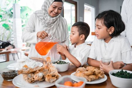 Photo pour muslim iftar dinner. family breaking the fast - image libre de droit