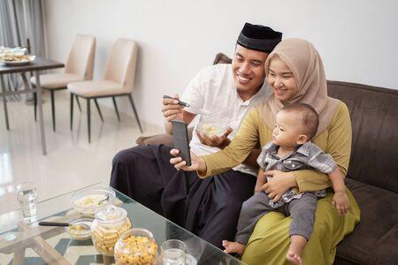 Photo pour muslim family taking selfie together - image libre de droit