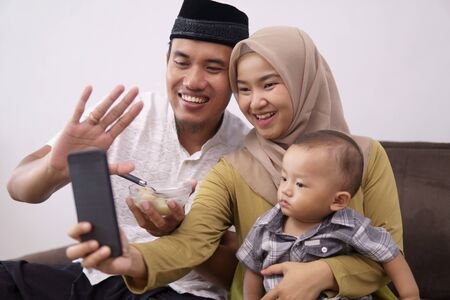 Photo pour family muslim make a video call with family - image libre de droit