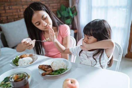 Foto für little girl refuses to eat and her older sister is annoyed - Lizenzfreies Bild
