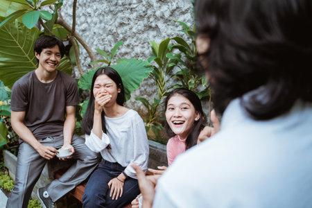 Photo pour Friends having fun enjoying time together - image libre de droit