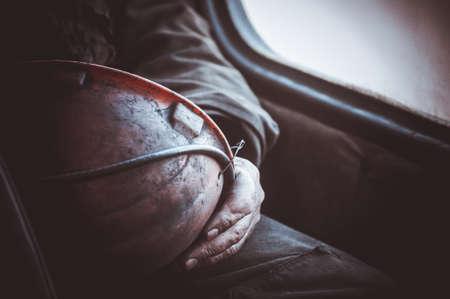 Photo pour durty hands of miner worker hold helmet no face - image libre de droit
