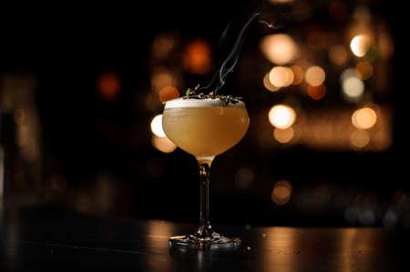 Photo pour Light brown cocktail on a bar counter - image libre de droit