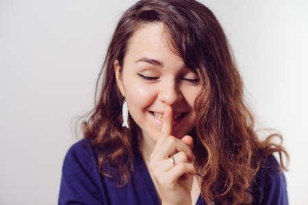 Foto de woman put finger on her lips - Imagen libre de derechos