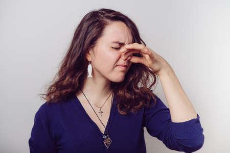 Photo pour The stench. Closes the woman's nose - image libre de droit