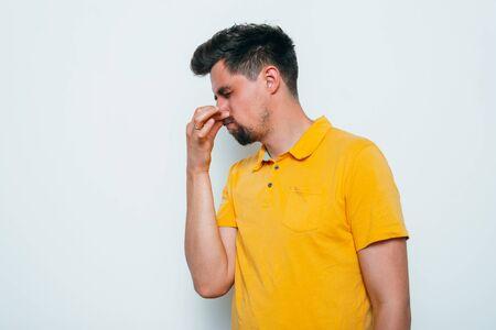 Photo pour The stench. Closes the man's nose - image libre de droit