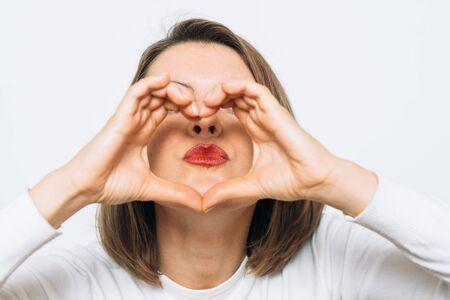 Photo pour woman making a hand heart frame - image libre de droit