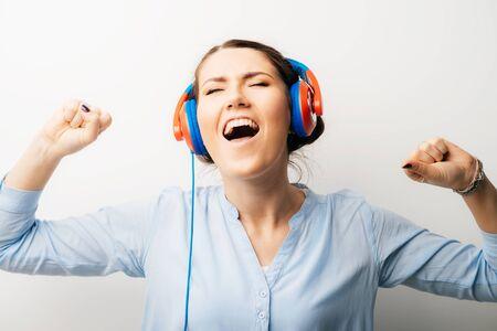 Photo pour girl in headphones dancing - image libre de droit