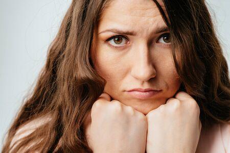 Photo pour young girl props fist chin - image libre de droit