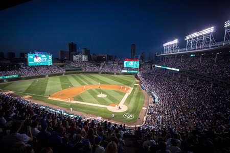 Photo pour Chicago, USA - August 12, 2015: Chicago Cubs play Milwaukee Brewers on a warm summer's night at Wrigley Field - image libre de droit