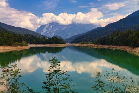 Photo pour Calalzo of Cadore lake in the Dolomites mountains - image libre de droit