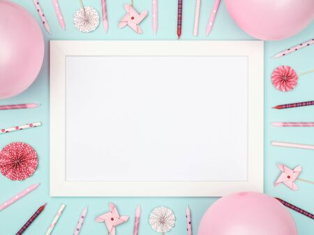 Photo pour Christmas balls and picture frame on stylish colorful table top view. Fashion background. Flat lay. Party mockup or invitation - image libre de droit