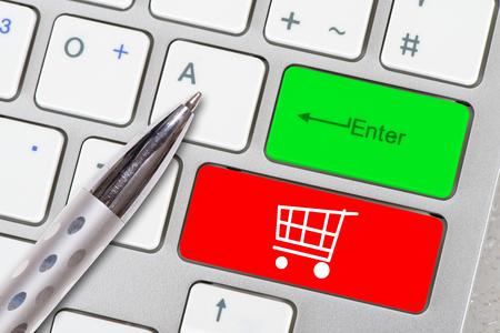 Photo pour online shopping cart printed on computer keyboard - image libre de droit