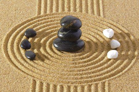 Photo pour Japanes garden of meditation in sand with stone - image libre de droit