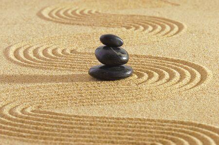 Foto de Japanes garden of meditation in sand with stone - Imagen libre de derechos