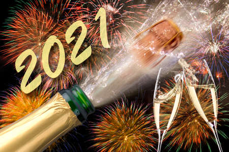 Photo pour popping bottle of champagne with firework at silvester 2021 - image libre de droit