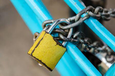 Photo pour Closeup Old yellow security key lock and chain - image libre de droit