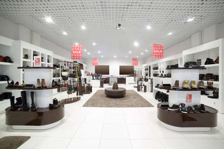 Photo pour bright and fashionable interior of shoe store in modern mall - image libre de droit