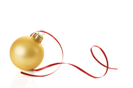 Photo pour Gold Christmas sphere with red streamer - image libre de droit