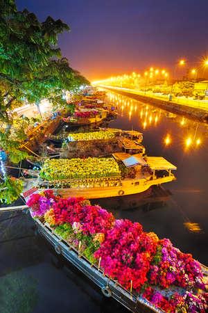 Photo pour Ships at Saigon Flower Market at Tet, Vietnam - image libre de droit