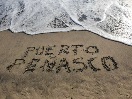 Photo pour Puerto Penasco text handwritten in beach sand, background and texture - image libre de droit