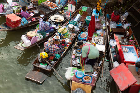 Photo pour Boats filled with food or tourists at the Ampawa Floating Market in Thailand. - image libre de droit