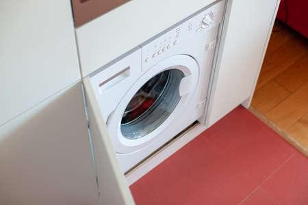 Photo pour White washing machine at home. Modern interior. Home organizing. - image libre de droit