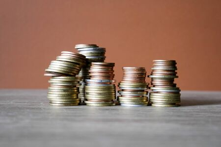Photo pour stack coins on brown background, concept business saving money - image libre de droit