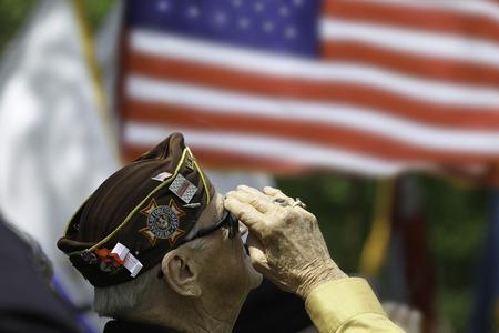 Foto per Veteran Salutes the US Flag - Immagine Royalty Free