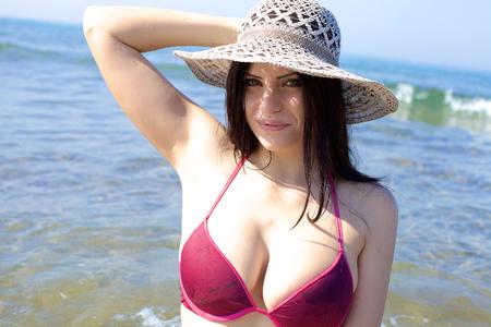 Foto de Beautiful female model enjoying summer and vacation - Imagen libre de derechos